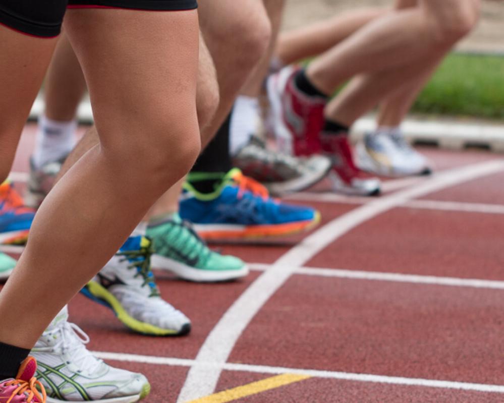 רגליים של רצים על המסלול קצב תחרות