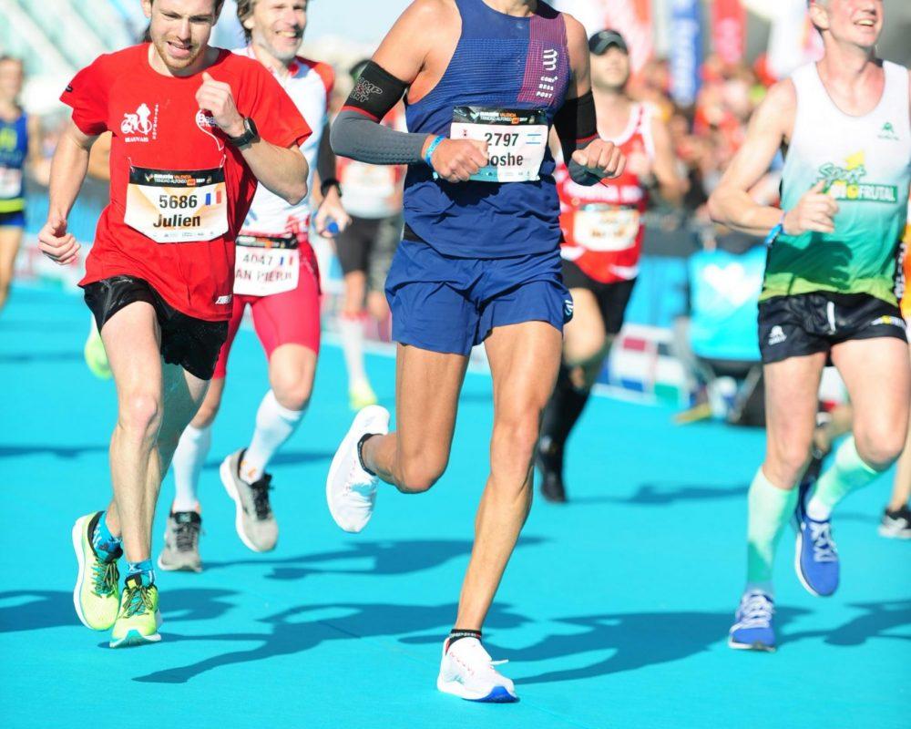 רץ מתאמץ במהלך מרוץ