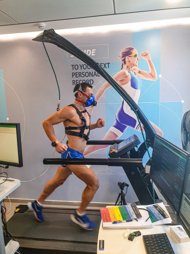 ריצת אינטרוולים עם מסכת חמצן על מסילה במעבדה
