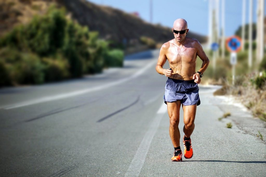 איש רץ על כביש