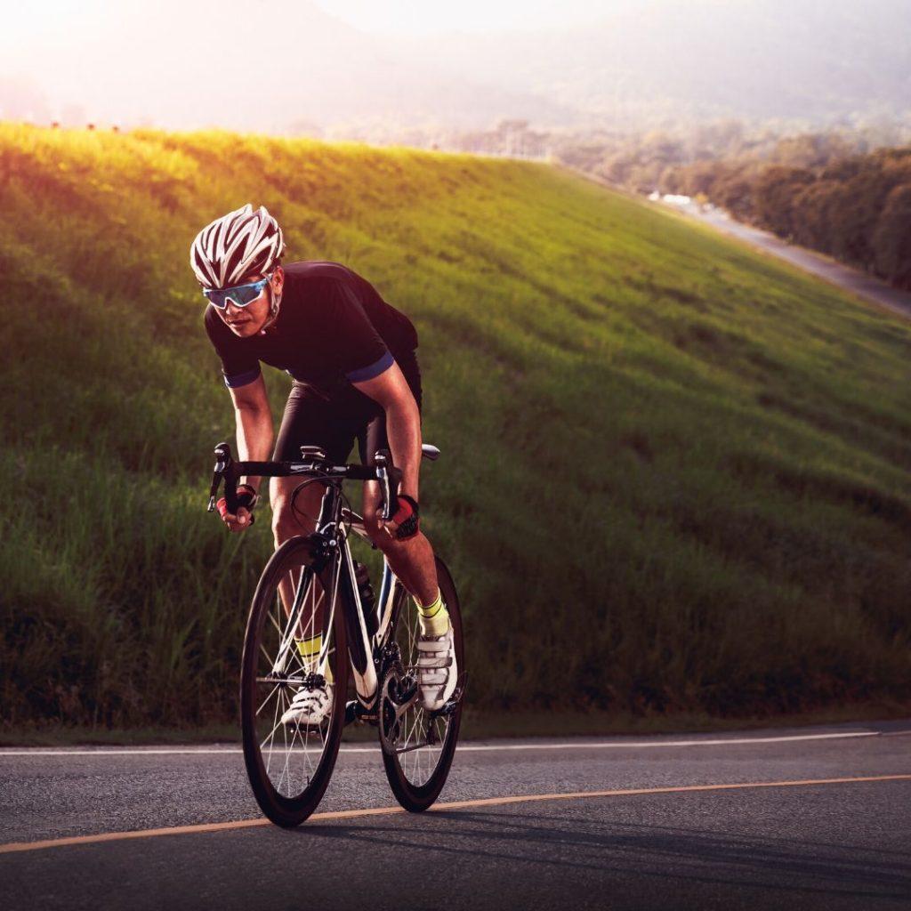רוכב אופניים בביגוד שחור במהלך עלייה