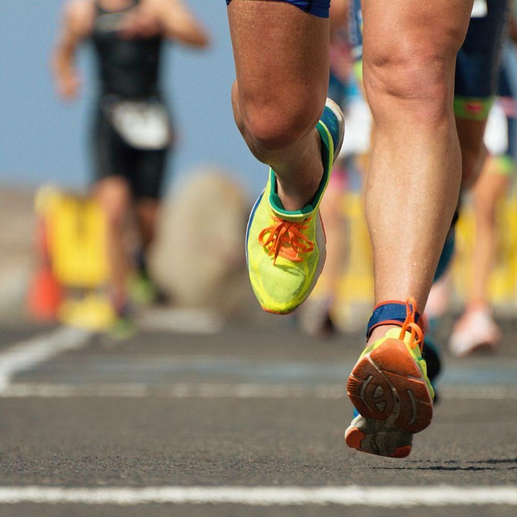 רגליים של רץ במהלך תחרות ריצה