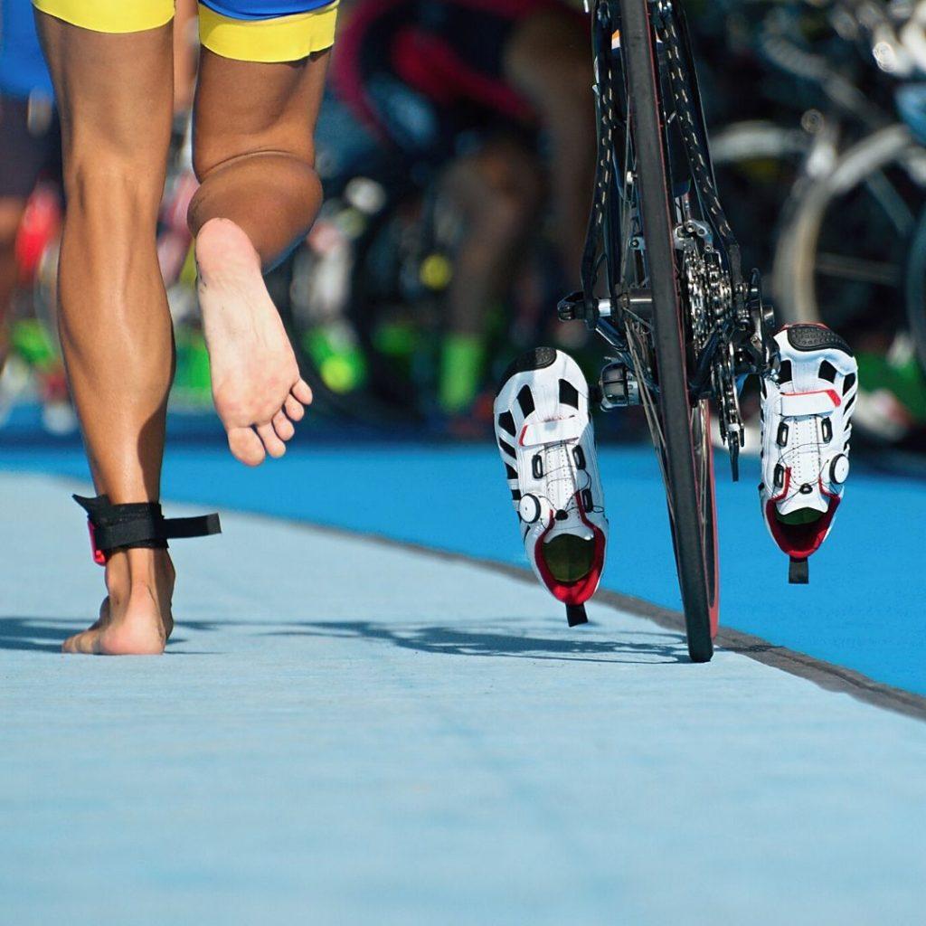 רץ יחף עם אופניים ביד - אימון רכיבה אונליין