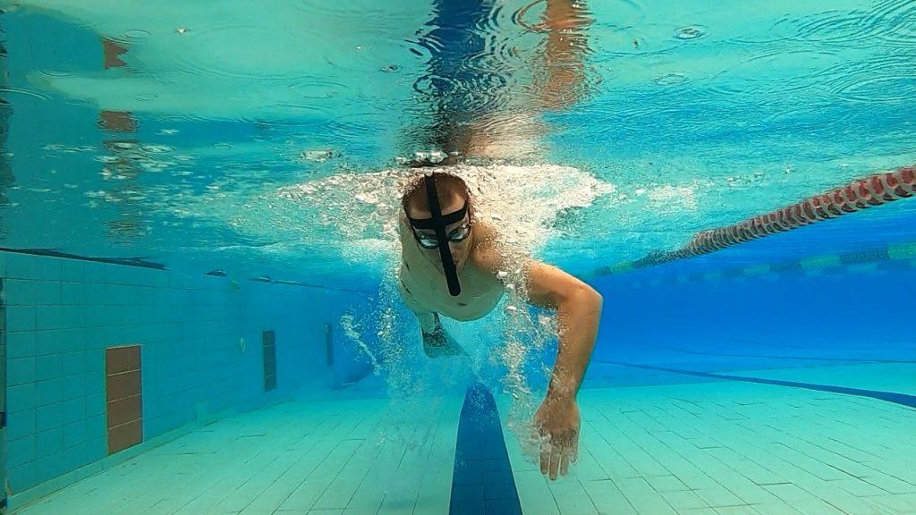 שחיין בבריכה