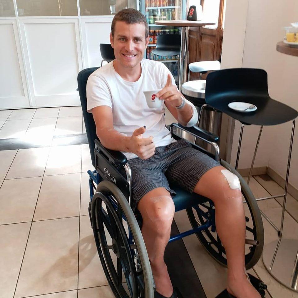 ספורטאי על כסא גלגלים מחייך עם קפה