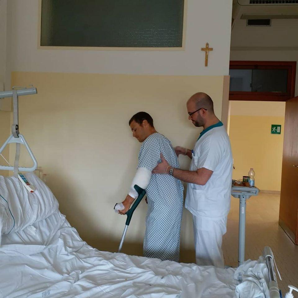 תום הולך עם קביים אחרי הניתוח