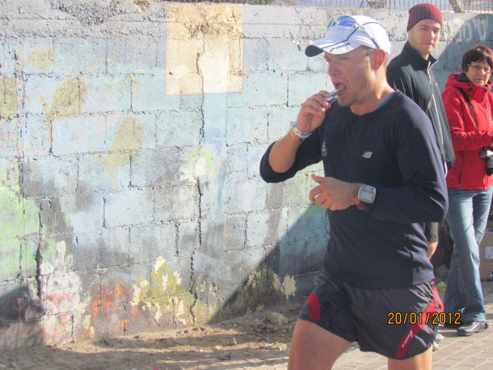 רץ עם כובע אוכל ג'ל בזמן תחרות