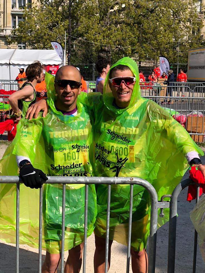 סיום מרתון פריז שני רצים עם מעילים