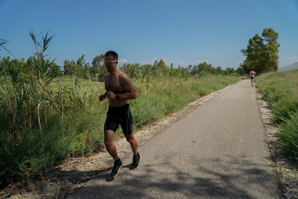 ספורטאי שרץ בקיץ בלי חולצה