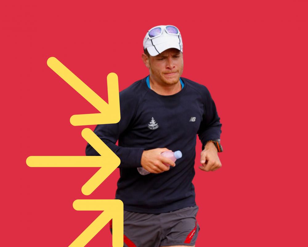 רץ במהלך תחרות עם בקבוק ברקע אדום ישראמן 2012