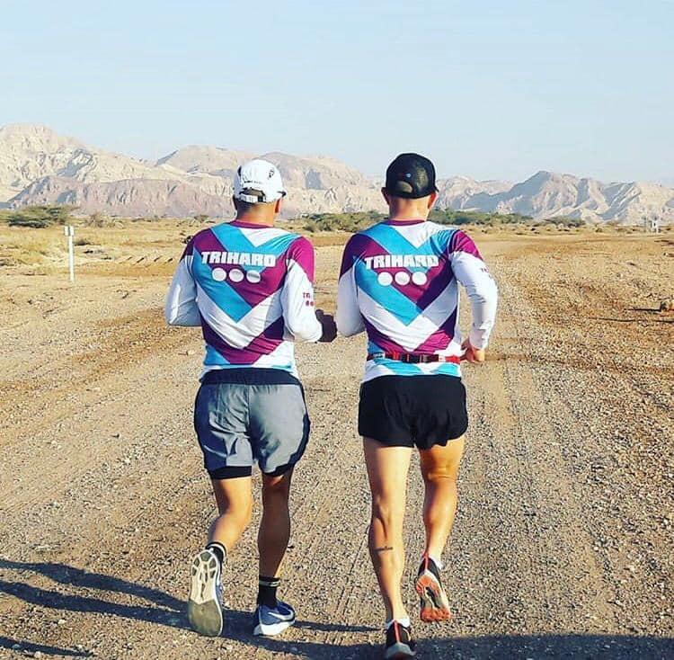שני רצים מהגב במדבר