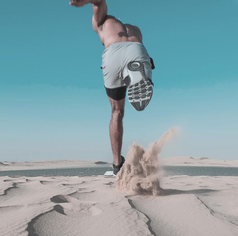 ספורטאי רץ על חול