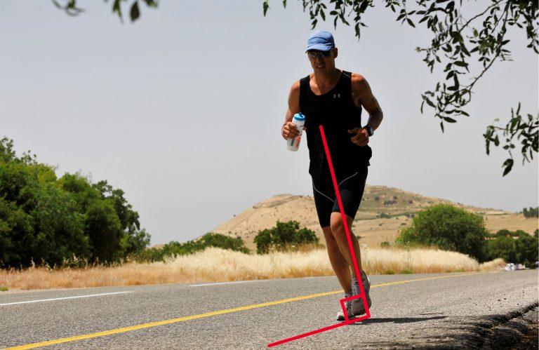 ספורטאי רץ בצורה נכונה אנכית לקרקע